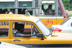 Taxichaufför i bilen Arkivbilder