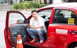 Taxichaufför Waiting For Customer Arkivfoto