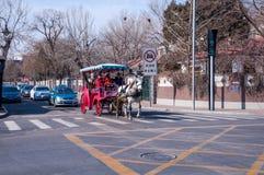 Taxichauffeur in de straten van het nieuwe jaar Royalty-vrije Stock Foto's