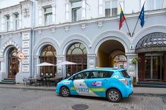 Taxien är på gatan Ausros Vartai nära fyra - stjärnahotellet Europa Roy Royaltyfri Bild