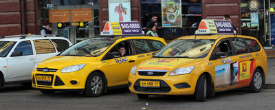 Taxien blev det near kafét Royaltyfri Foto