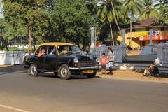 Taxien går på gatan Arkivbild