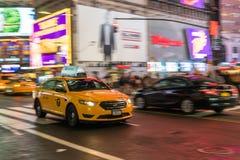 Taxien i NYC rusar fotografering för bildbyråer