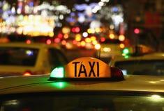 Taxien på natten med ljussignalsystemet fungerar Royaltyfria Bilder