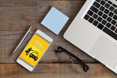 Taxien - sänd meddelandet på en mobiltelefonskärm Royaltyfri Bild