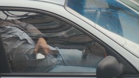 Taxifahrer, der in seinem parkendes Auto bei seinen Handy in der Hand überprüfen stillsteht Die meisten Aufträge werden vom Fahrd stock footage