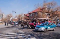 Taxifahrer und Taxi in den Straßen Stockbilder