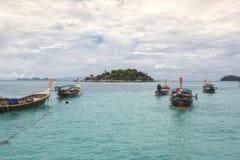 taxifartyg som svävar på lugna kristallklart vatten royaltyfri fotografi
