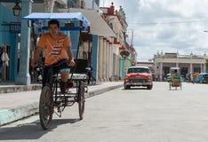 Taxifiets op de straat - Cuba Stock Afbeeldingen