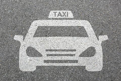 Taxiikonenzeichenlogoautofahrzeugstraßen-Straßenverkehrs-Stadtpöbel Stockfotografie