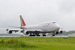 Taxiing da carga de Boeing 747 Asiana Foto de Stock Royalty Free