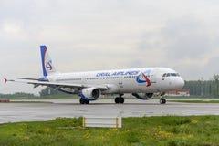 Taxiing das linhas aéreas de Airbus A321Ural Fotografia de Stock Royalty Free