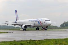 Taxiing das linhas aéreas de Airbus A321Ural Imagem de Stock Royalty Free