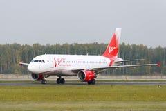 Taxiing das linhas aéreas do Vim de Airbus A319-111 Imagens de Stock