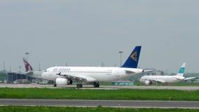 Taxiing de Air Astana Airbus A320 video estoque