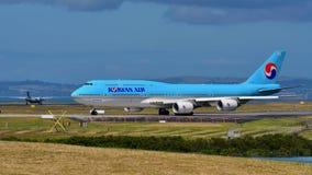 Taxiing enorme super de Korean Air Boeing 747-8i no aeroporto internacional de Auckland Imagem de Stock Royalty Free