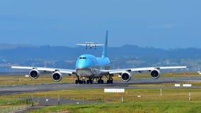 Taxiing enorme super de Korean Air Boeing 747-8i no aeroporto internacional de Auckland Imagens de Stock