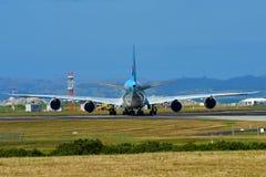 Taxiing enorme super de Korean Air Boeing 747-8i no aeroporto internacional de Auckland Foto de Stock