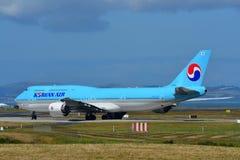 Taxiing enorme super de Korean Air Boeing 747-8i no aeroporto internacional de Auckland Fotografia de Stock Royalty Free