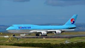 Taxiing enorme super de Korean Air Boeing 747-8i no aeroporto internacional de Auckland Foto de Stock Royalty Free