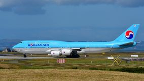 Taxiing enorme super de Korean Air Boeing 747-8i no aeroporto internacional de Auckland Imagem de Stock