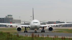 Taxiing, nariz e cabina do piloto dos aviões. fotografia de stock