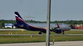 Taxiing plano das linhas aéreas de Aeroflot na pista de decolagem, Francoforte, FRA