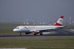 Taxiing plano de Austrian Airlines no aeroporto de Viena, VIE foto de stock