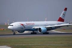 Taxiing plano de Austrian Airlines no aeroporto de Viena, VIE imagens de stock royalty free
