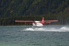 Taxiing plano do flutuador da lontra no lago Muncho, Columbia Britânica do norte foto de stock royalty free