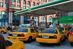 Taxis à une station service photographie stock libre de droits
