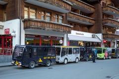 Taxis électriques dans Zermatt, Suisse Photos stock