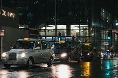 Taxis που περιμένει τους πελάτες σε έναν δρόμο στο Canary Wharf, Λονδίνο, UK στοκ φωτογραφία