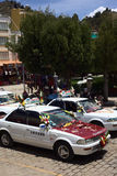 Taxis που στέκεται στη γραμμή για την ευλογία σε Copacabana, Βολιβία Στοκ φωτογραφία με δικαίωμα ελεύθερης χρήσης