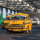 Taxis amarillos característicos de Calcutta Foto de archivo