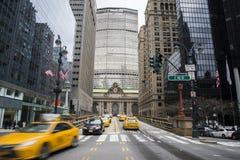 Taxis amarillos en el Grand Central Station fotos de archivo