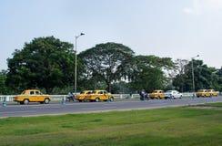 Taxis amarillos en Kolkata, la India Foto de archivo