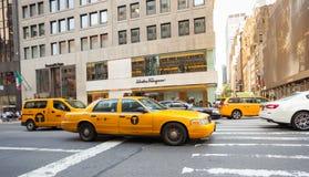 Taxis amarillos en Manhattan cerca de Salvatore Ferragamo de la tienda Imágenes de archivo libres de regalías