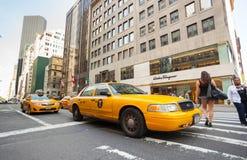 Taxis amarillos en Manhattan cerca de Salvatore Ferragamo de la tienda Foto de archivo libre de regalías