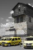 Taxis amarillos y casa típica en la ciudad vieja de Nesebar Fotos de archivo libres de regalías