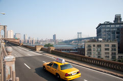 Taxis croisant la passerelle de Brooklyn Photo libre de droits