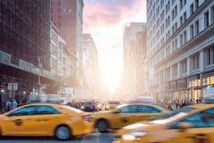 Taxis dans le mouvement après des foules des personnes sur Broadway à New York City image stock