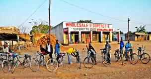 Taxis de bicyclette dans un village du Malawi Image libre de droits