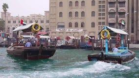 Taxis de l'eau à Dubaï banque de vidéos