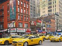 Taxis de Manhattan, 8va avenida cerca del 42.a Imagenes de archivo