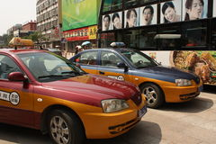 Taxis de taxi dans la rue de Pékin Photos libres de droits