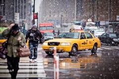 Taxis de taxi dans la tempête de neige à New York Images libres de droits