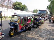 Taxis de Tuk Tuk fuera de Wat Pho Temple, Bangkok Fotos de archivo libres de regalías