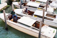 Taxis del agua en el canal de la ciudad de Venecia Imágenes de archivo libres de regalías