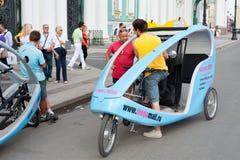 Taxis del ciclo por la ermita, St Petersburg Foto de archivo